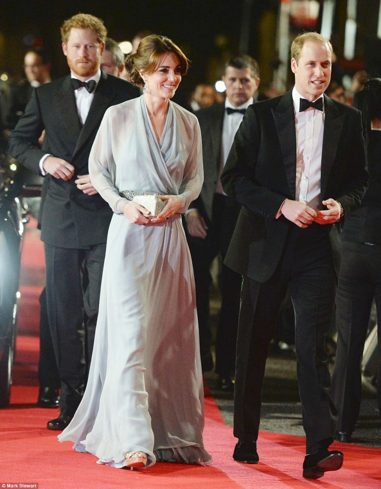 2dcffb4500000578-3290524-the_duchess_opted_for_a_jenny_packham_gown_for_the_occasion_choo-a-16_1445894409581