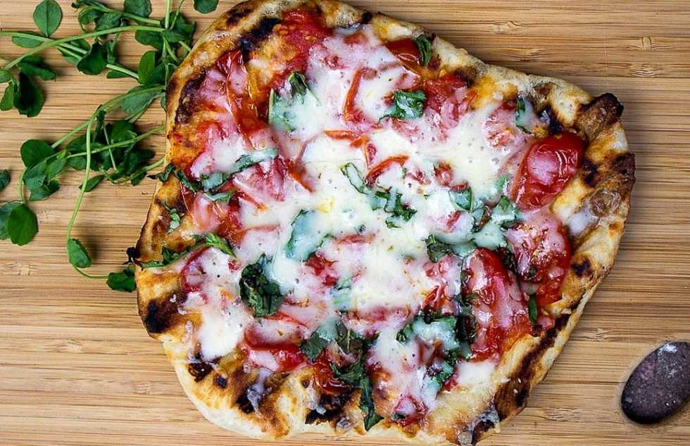 Simple Grilled Garlic Tomato Pizza