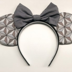 Make your own Minnie Mouse Ears using this great tutorial! #disney #minniemouseears #mickeymouseears #diydisney #disneycrafts
