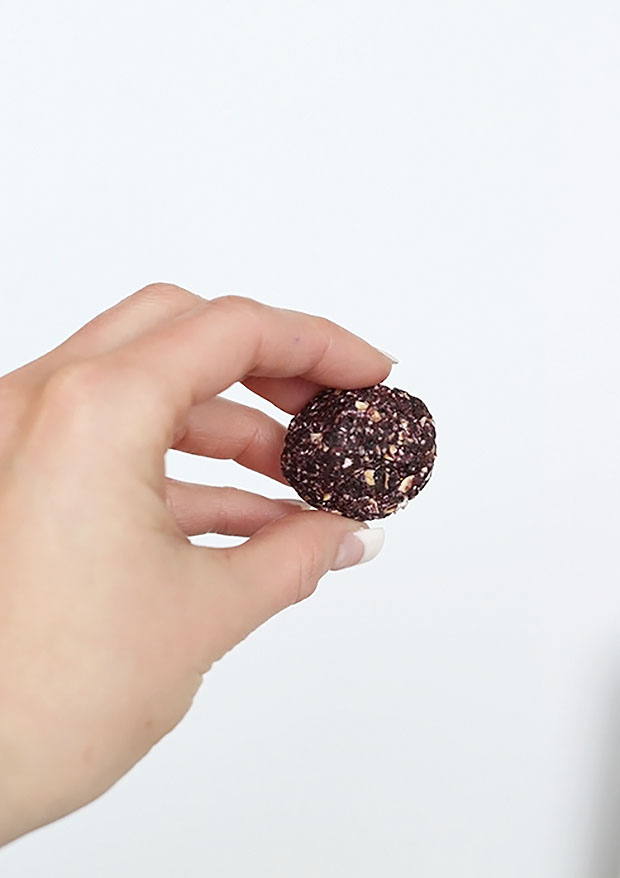 Super quick and easy 3 ingredient blueberry muffin energy balls! These are little bliss bites of joy! Healthy, Vegan and Gluten Free! refined sugar free! /TwoRaspberries.com