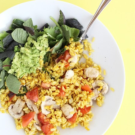 This Healthy Brown Rice Curry Salad Bowl is super easy to make plus it's oil free, vegan and gluten free! Perfect for lunch or dinner! / TwoRaspberries.com