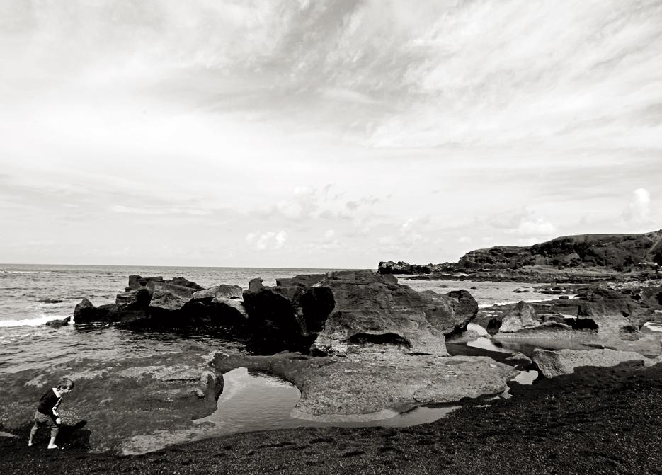 Niño junto al mar. El Golfo.