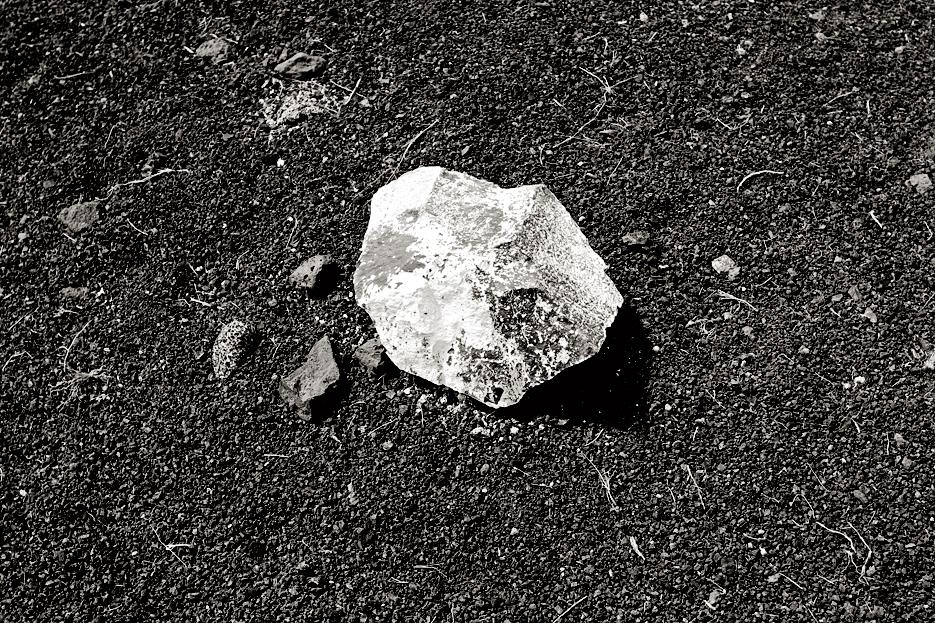Piedra negra pintada de blanco. Playa Quemada.
