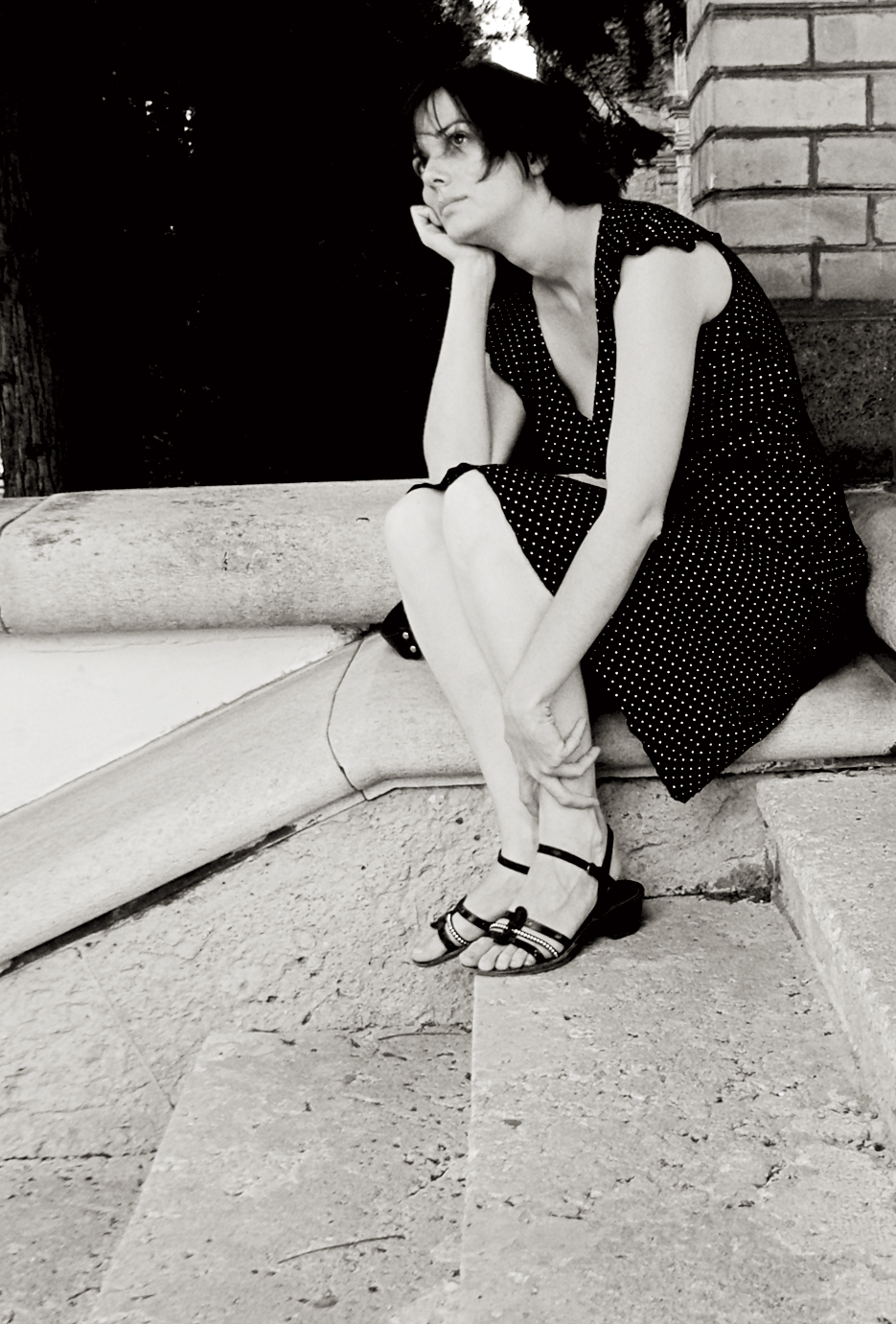 Delia sentada en unas escaleras, Zagreb.