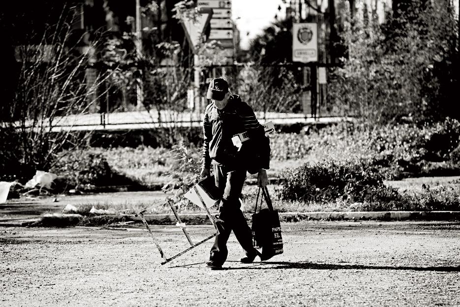 Vasile llega de su paseo en busca de chatarra