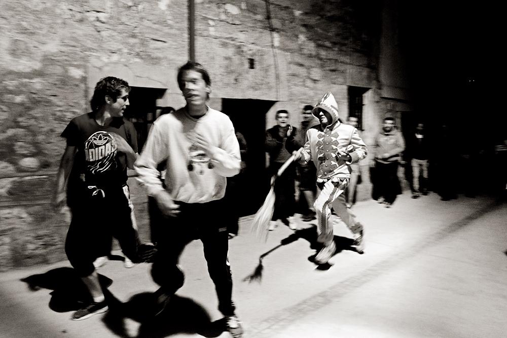 """El Colacho persigue con su látigo a los jóvenes por las calles en la """"vuelta"""" de la noche del sábado."""