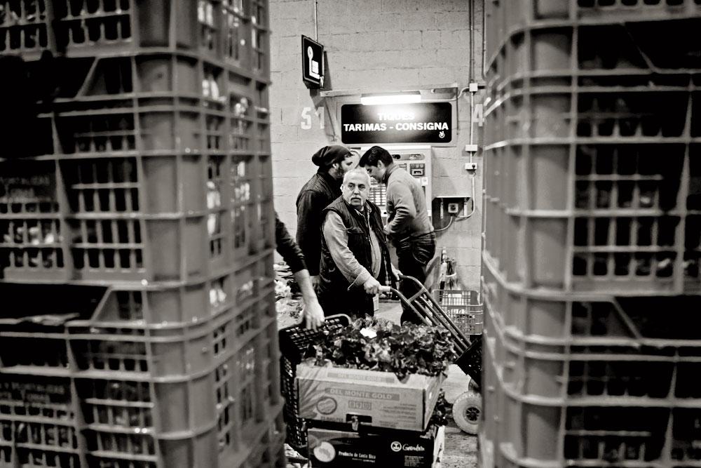 Los espacios para vender se llaman tarimas y se pueden alquilar incluso por días usando una máquina expendedora