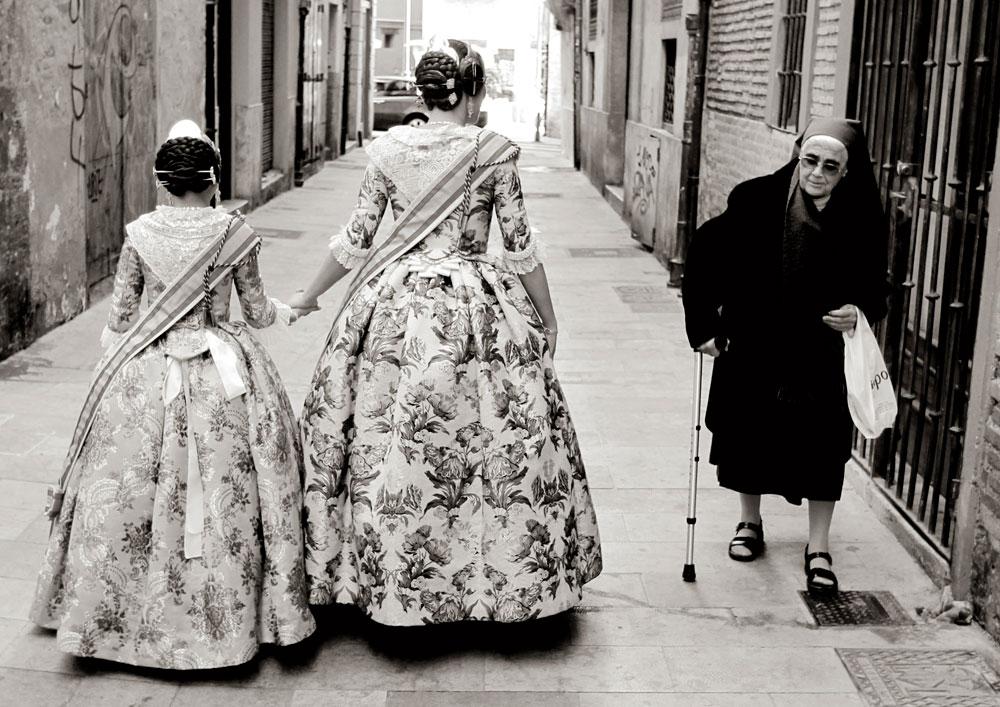 Sandra Muñoz y Rocío Pascual, falleras mayores de Valencia, pasean por el centro de la ciudad durante una sesión fotográfica.  Febrero de 2012.