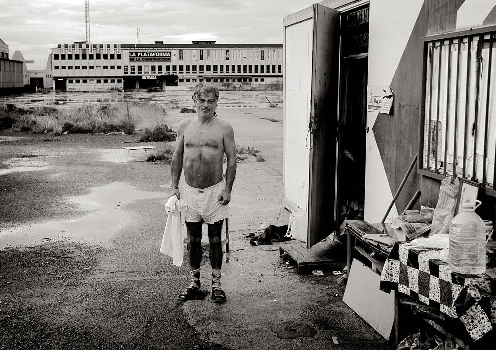 Enrique, un gitano que vive en un contenedor abandonado en un polígono. Enero de 2014.