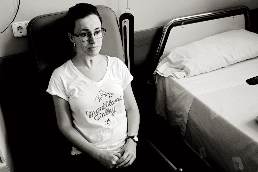 Marta, en la habitación del hospital en el  que se recupera de las heridas sufridas hace un año cuando su ex pareja la estranguló con un cable y le fracturó el cráneo a golpes. Estuvo dos meses en coma y no recuerda nada.
