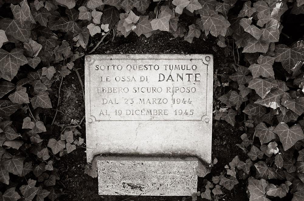 Un túmulo en el que guardaron a Dante de las intemperies bélicas. Reposa unos metros a la derecha, pero es más fotogénica esta lápida.