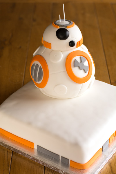 ICING-A-CAKE-WITH-FONDANT-ICING-Type 1 Kitchen BB8 Wedding Cake 400-LA