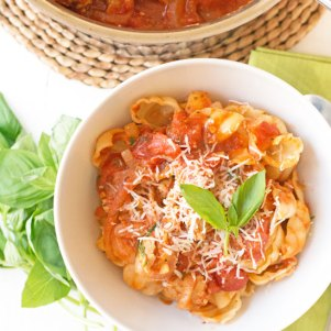 holly-cooks-sausage-and-tomato-pasta-main-shot550