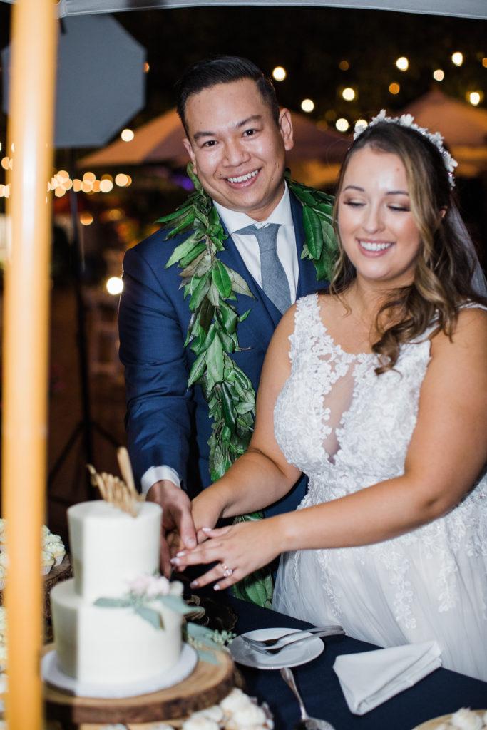 bride and groom cutting their wedding cake at Jardines de San Juan