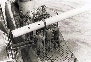 Carga de una boya meteorológica en el uboot U703