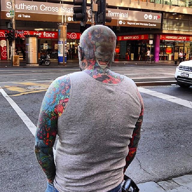 Вот человек в центре Мельбурна, татуированный с ног до головы