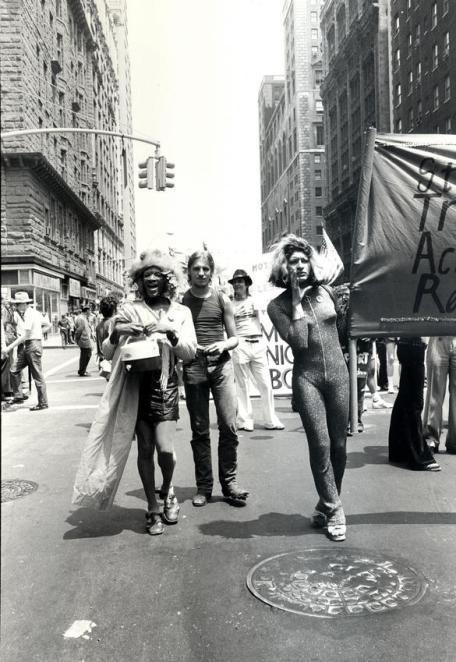 Marsha P. Johnson y Sylvia Rivera (izq. a dcha.) en la primera manifestación del Orgullo de NY en 1970. Protagonistas en la noche de Stonewall con 23 y 17 años respectivamente. Fot. Leonard Fink.