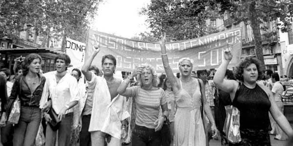Primera manifestación del Orgullo LGTB / DSG en España, convocada por el Front d'Alliberament Gai de Catalunya en 1977. Fot. Colita (Isabel Steva Hernández).