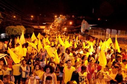 Multidão segue passeata em Ibirapitanga (Foto: Lauro Brasil) Lambança 1