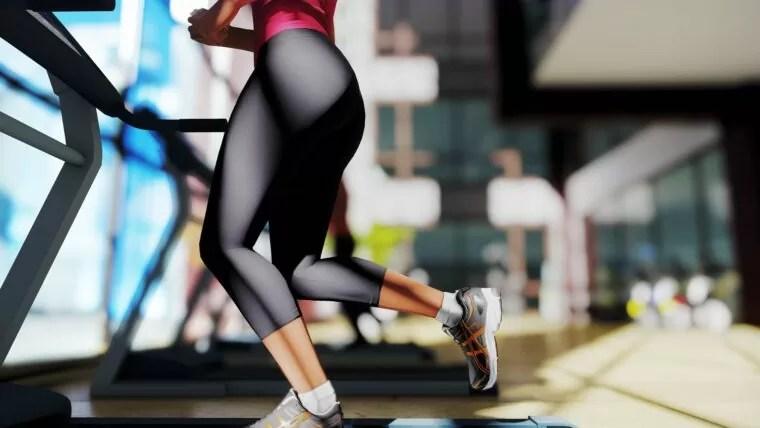 トレッドミルで走る女性