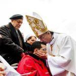 البطريرك الراعي يقبّل رأس أحد المشاركين في قداس لورد من ذوي الحاجات الخاصة.