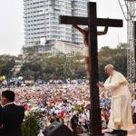 البابا فرنسيس يصلي عند صليب كبير في جامعة سانتو توماس الكاثوليكية في مانيلا. (أ ف ب)