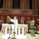 المرنمة جومانا مدوّر خلال إحيائها للأمسية الدينية في ولاية كاليفورنيا الأميركية