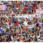 البابا فرنسيس في سيارته باباموبيلي وسط الحشد في ساحة الثورة بهافانا. (أ ف ب)