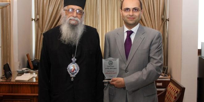 درع تكريمية من الجامعة اللبنانية الدولية للمطران كرياكوس
