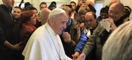 البابا يزور المستوصف الطبي الموقت في ساحة القديس بطرس بالفاتيكان