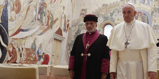 تقارب بين الكنيسة الكاثوليكية والآشورية… البابا فرنسيس والبطريرك مار كيوركيس الثالث يوقعان إعلانا مشتركاً وهذه تفاصيله