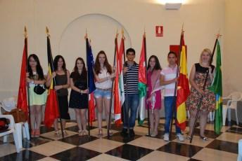 Varios alumnos portan la bandera de su país