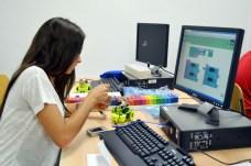 Una joven, en plena construcción y programación de su prototipo