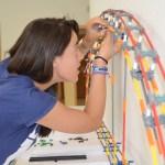 Una alumna encaja piezas en la maqueta