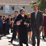 El rector acompaña a Sus Majestades por el campus universitario