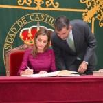 Sus Majestades firman en el Libro de Honor de la UCLM
