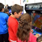 Niños jugando con máquinas recreativas