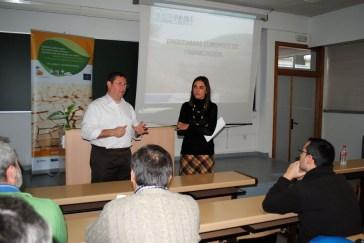 El profesor Enrique Arias junto a la ponente