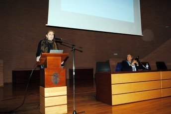 La directora académica Ángela González, en uso de la palabra, y Ángeles Reolid, dtra. UGAC-Albacete