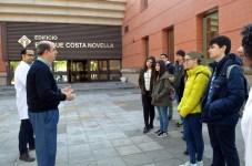 Los alumnos escuchan las explicaciones del profesor Ángel Pérez, quien les recibió