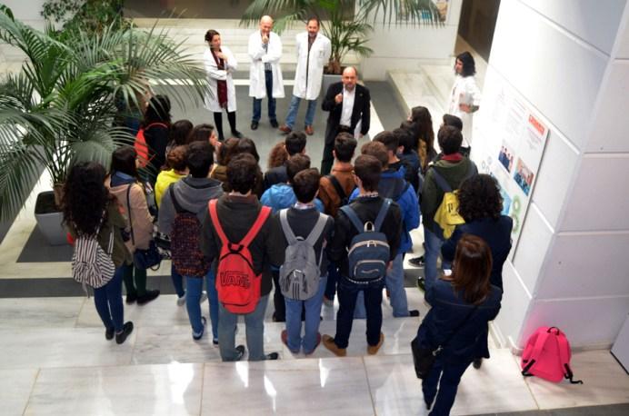 Los profesores de la UCLM, entre ellos, Manuel Rodrigo, explican a los alumnos del Virrey Morcillo el programa de actividades