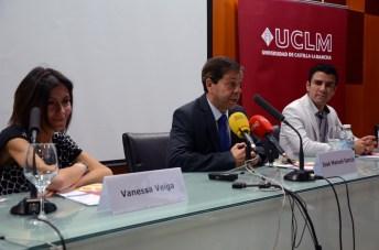 Vanessa Veiga y David Jiménez con el decano de Ciencias del Deporte, José Manuel García