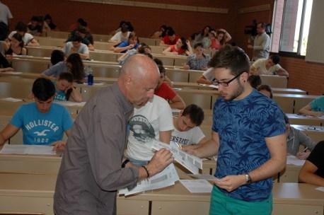Un alumno entrega su examen en el Campus de Albacete