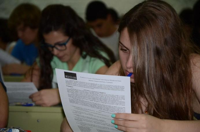 Una alumna lee el examen en el Campus de Toledo
