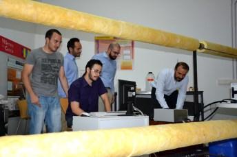 El profesor Fausto Pedro García Márquez y otros miembros del grupo Ingenium junto al banco de ensayos que han desarrollado para el proyecto Intersolar