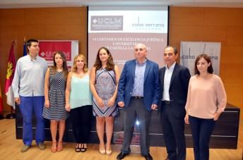 Alumnos junto a Diego Cobo y el vicedecano de la Facultad de Derecho y Ciencias Sociales, Jesús de Paz