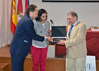 La vicerrectora y el director de la Escuela entregaron la placa al profesor Henri Awaiss
