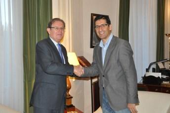 Miguel Ángel Collado y José Manuel Caballero, tras la firma del convenio