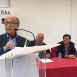 José Corredor Matheos lee uno de sus poemas. Detrás, Barchino y Morales