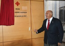 Fernando Navarro descubriendo su placa